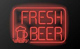 Enseigne au néon ou emblème frais de bière sur le fond noir Photo stock