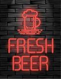Enseigne au néon ou emblème frais de bière sur le mur de briques noir Photo stock