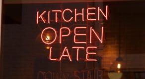 Enseigne au néon ouvert de cuisine défunt Image libre de droits