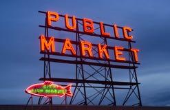 Enseigne au néon Seattle Washington de marché public de poissons de ville images stock