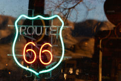 Enseigne au néon de Route 66 Images libres de droits