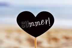 Enseigne avec l'été de mot sur la plage Photographie stock libre de droits