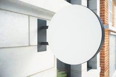 Enseigne blanche vide sur le mur extérieur photo stock