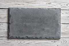 Enseigne concrète grise sur le fond en bois clair images stock