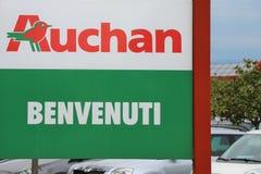 Enseigne d'Auchan ? l'entr?e du supermarch? images libres de droits