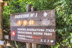 Enseigne directionnelle au parc national de lacs Plitvice photos libres de droits