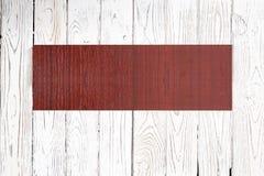 Enseigne en bois sur le fond en bois clair photos libres de droits