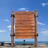Enseigne en bois sur le fond de ciel Image stock