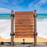Enseigne en bois sur le fond de plage de tache floue Image stock