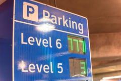 Enseigne futée avec les taches disponibles pour chaque niveau au garage dans l'aéroport américain images libres de droits