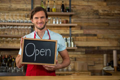 Enseigne ouverte de participation heureuse de barman dans le café photographie stock