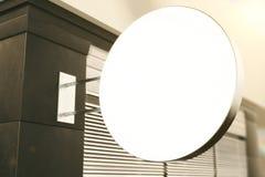 Enseigne ronde blanche vide sur le mur de la construction extérieur, moc illustration de vecteur