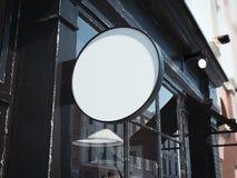 Enseigne ronde noire sur le mur de l'entrée de barre rendu 3d Photos stock