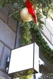 Enseigne sur le mur Moquerie avec des décorations de Noël Photographie stock