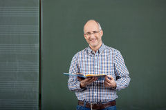 Enseignement amical de professeur masculin photos stock