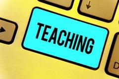 Enseignement des textes d'écriture Acte de signification de concept de fournir l'information, expliquant un sujet à un clavier In illustration de vecteur