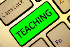 Enseignement des textes d'écriture de Word Concept d'affaires pour la Loi de fournir l'information, expliquant un sujet à une clé image libre de droits