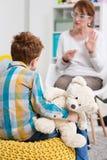 Enseignement du petit garçon communiquer avec le monde extérieur image libre de droits