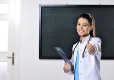 Enseignement femelle de femme de docteur à la Faculté de Médecine Photographie stock
