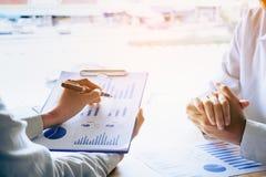 Enseignement personnel d'affaires et regard des données i de compte rendu succinct images stock