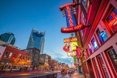 Enseignes au néon sur Broadway inférieur Nashville Image libre de droits