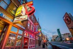 Enseignes au néon sur Broadway inférieur Nashville Images libres de droits