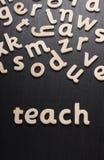 Enseignez dans les lettres en bois Image libre de droits
