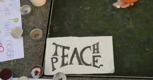 Enseignez le message de paix banque de vidéos