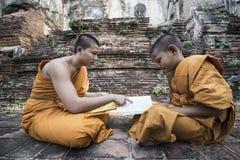 Enseignez les jeunes moines de novice Photos libres de droits
