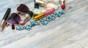 Ensemble élégant de cosmétiques et d'accessoires Lunettes de soleil, rouge à lèvres, mascara, fard à paupières, lustre de lèvre e photo libre de droits