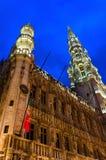 Ensemble architectural de Grand Place, Hôtel de Ville dans l'illumination de soirée, Bruxelles, Belgique photo libre de droits