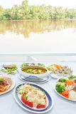 Ensemble asiatique du sud-est de cuisine, crevettes japonaises avec de la salade, style thaïlandais de soupe aigre à organes de p image libre de droits