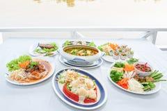 Ensemble asiatique du sud-est de cuisine, crevettes japonaises avec de la salade, style thaïlandais de soupe aigre à organes de p photographie stock libre de droits