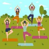 Ensemble avec de belles femmes dans la pose de vrkasana du yoga illustration libre de droits