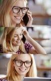 Ensemble blond occasionnel de femme, femme d'affaires parlant par le smartphone et à l'aide du comprimé pour passer en revue l'In images libres de droits