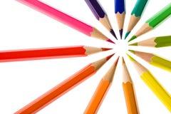 Ensemble circulaire coloré de composition en crayon d'isolement sur le blanc Photos stock