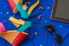 Ensemble coloré d'été occasionnel pour la fille urbaine Photographie stock