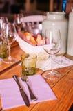 Ensemble coloré sur une table dans un restaurant rustique Photographie stock libre de droits