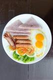 Ensemble complet de petit déjeuner anglais avec les oeufs, la balise, et le jambon photos libres de droits