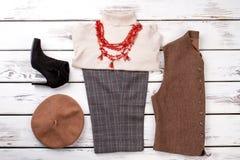 Ensemble complet des vêtements de femmes d'hiver de mode images libres de droits