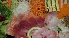 Ensemble cru frais assorti de sashimi Cuisine japonaise authentique Nourriture traditionnelle banque de vidéos