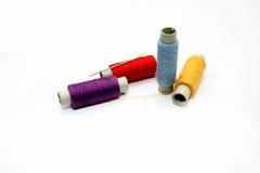 Ensemble d'écheveaux des fils multicolores pour la couture Images stock