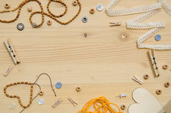Ensemble d'éléments pour le travail manuel et d'articles de décoration pour fait main sur le fond en bois Configuration plate Image stock