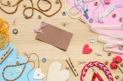 Ensemble d'éléments pour le travail manuel et d'articles de décoration pour fait main sur le fond en bois Configuration plate Photographie stock