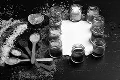 Ensemble d'épices sur le fond gris Concept d'art de nourriture photos libres de droits