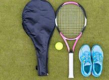 Ensemble d'équipement de tennis de raquette de tennis avec la couverture, la boule et femal Photographie stock libre de droits