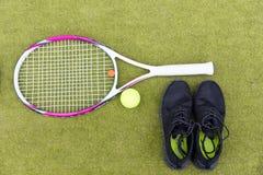 Ensemble d'équipement de tennis de raquette de tennis, de boule et d'espadrilles de mâle dessus Image libre de droits