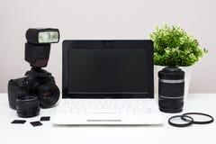 Ensemble d'équipement et d'ordinateur portable modernes de photographie sur la table Images stock