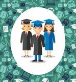 Ensemble d'étudiants dans la robe d'obtention du diplôme et de taloche à l'arrière-plan des icônes d'éducation Photographie stock libre de droits