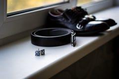 Ensemble d'accessoires de mari? le jour du mariage Groupes de mariage Chaussures en cuir du ` s d'hommes avec la ceinture et le n image libre de droits